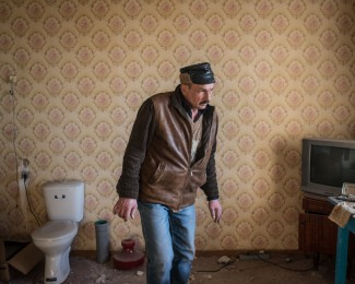 OUGLEGORSK- Donbass-march 10 2015- 15H41 - An inhabitant from the Stankievskogo neighbourhood controls the apartment of his brother in law was evacuated during the fighting beetwen the pro-Russian DNR forces and the Ukranian forces in january 2015. The town of Ouglegorsk was heavily hit by bombings.