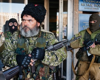 mercenaire, garde l'entrée de la mairie de la ville occupée SLAVIANSK -APRIL 15, 2014 -8:41AM A pro-Russian Cossack, suspected of being a mercenary, guards the entrance to the Town Hall, which has recently become occupied by separatist forces demanding independence for the Donbass region.